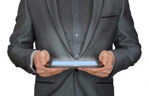 Tablet v ruke a hľadanie online
